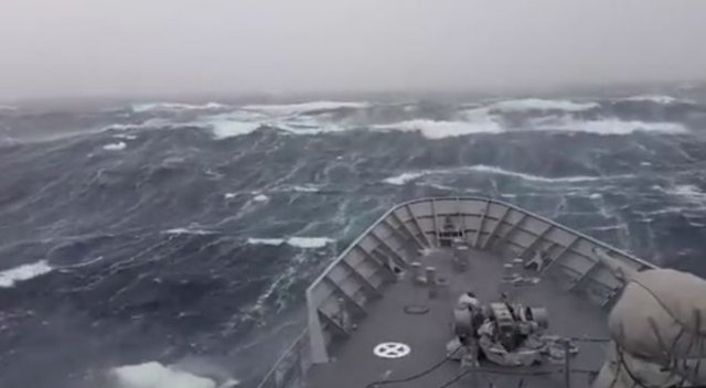 Красивые кадры: проход корабля через огромные волны в шторм