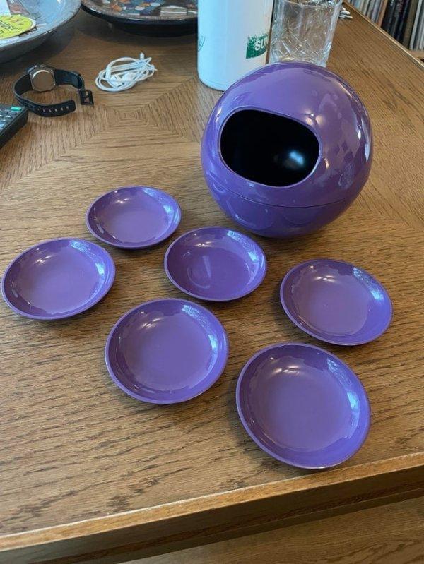 Пластиковый контейнер и шесть маленьких тарелок, которые не помещаются в отверстие