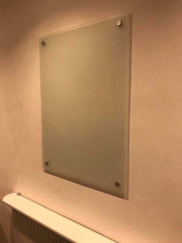 Матовое стекло над кухонной батареей. Это просто украшение?