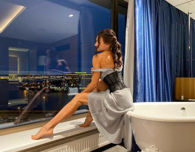 Ярославна Демашко - гражданская жена дрессировщика Эдгарда Запашного в корсете у ванны