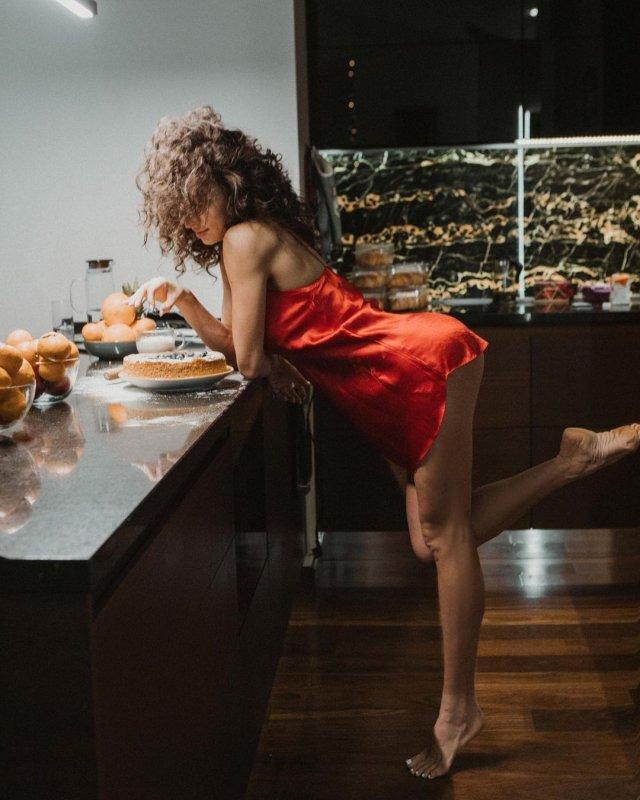 Ярославна Демашко - гражданская жена дрессировщика Эдгарда Запашного на кухне в красной кофте