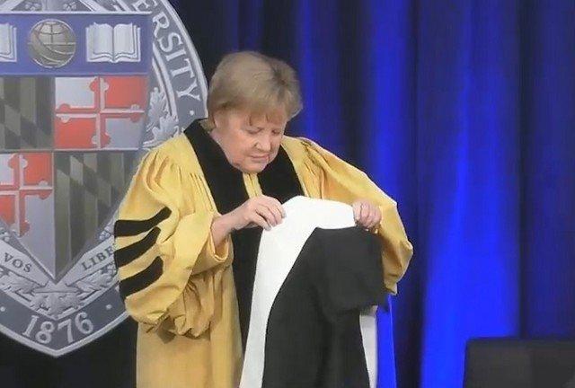 Ангела Меркель запуталась в костюме на вручении докторской степени в Университете Джонса Хопкинса
