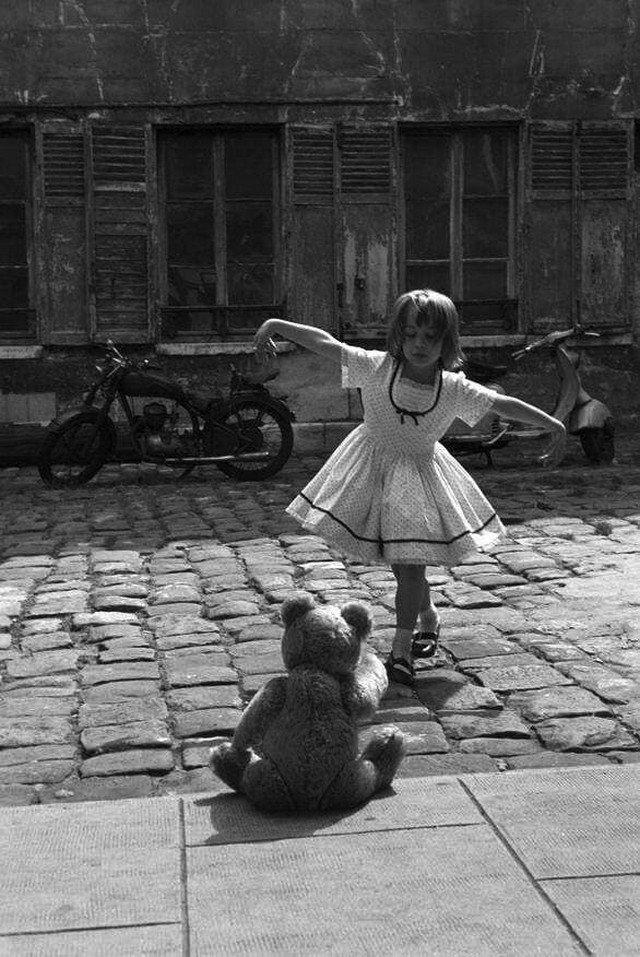 Дeвочка танцyет для плюшевого мишки. Париж, 1961 год.