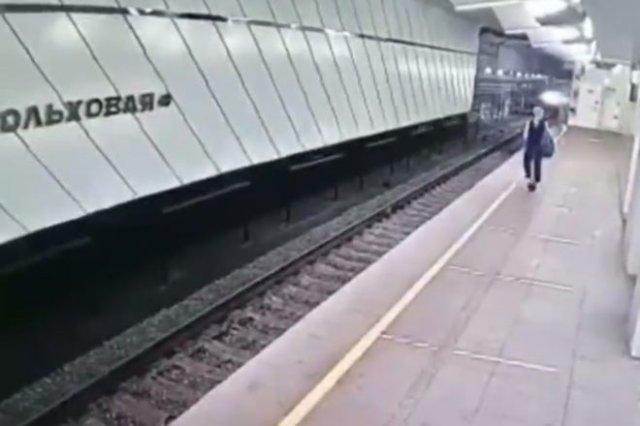 В Москве девушка прыгнула под поезд метро, а потом спокойно из под него вылезла и пошла дальше