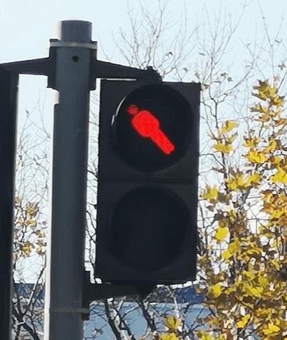 Пешеходный переход, где нужно стоять под наклоном