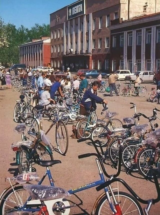 """Продажа велосипедов у завода """"Велта"""", Пермь, 1999 год."""