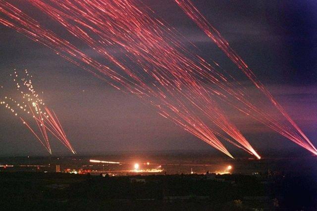 Зенитные орудия ведут заградительный огонь в ходе налета авиации НАТО на Белград. Союзная Республика Югославия, 1999-й год.