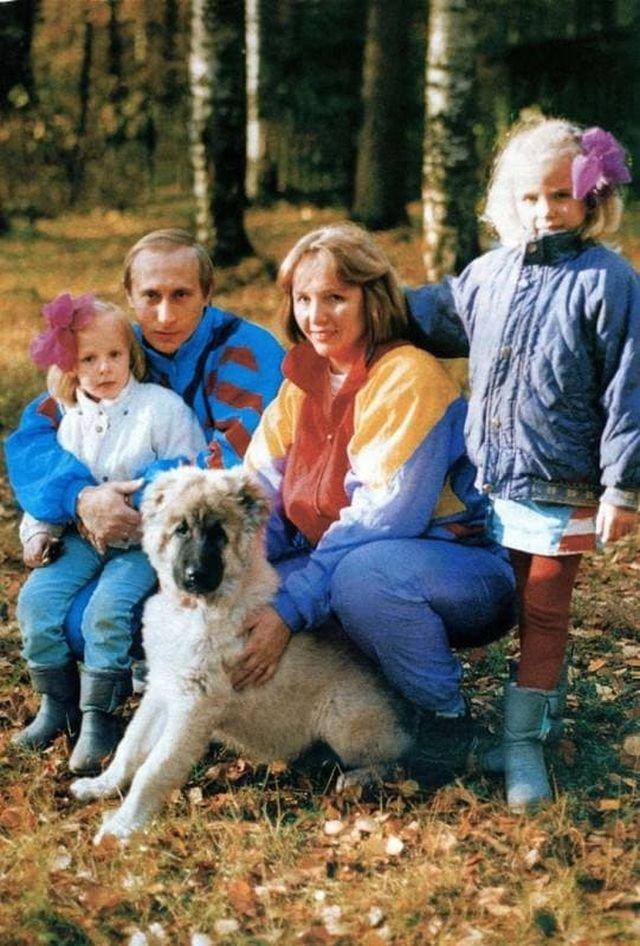 Владимир Путин с дочками и женой, начало 90-ых.