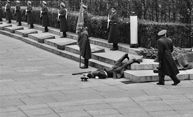 Солдат роты почетного караула, упавший в обморок