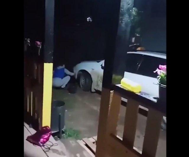 В Карелии таксист заставил девушек, у которых не было денег на оплату поездки, мыть рабочую машину