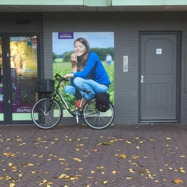 Кажется, велосипед этой даме всё-таки маловат