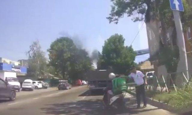 В Краснодаре курьер получил жезлом по каске от сотрудника ГИБДД за проезд на красный и плюнул в него
