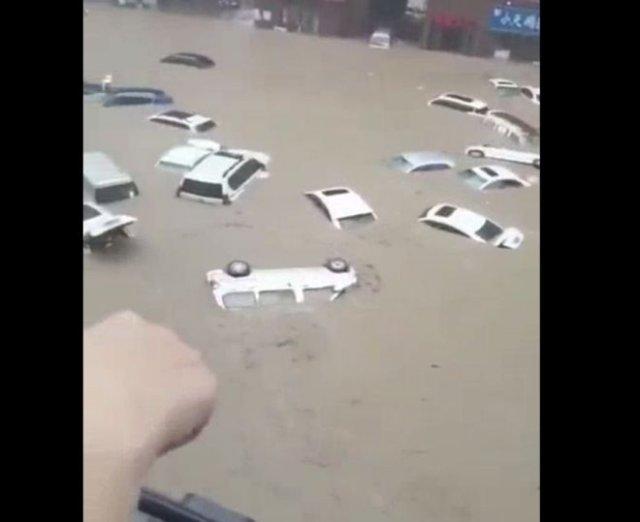 Наводнение в Центральном Китае из-за шестого тайфуна уносит по улицам городов десятки машин