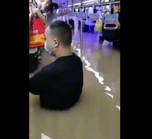 Китайский город Чжэнчжоу: люди в затопленных тоннелях метро и в вагонах поездов
