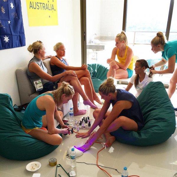 Пловчихи из шведской и австралийской сборных устроили себе маленький салон