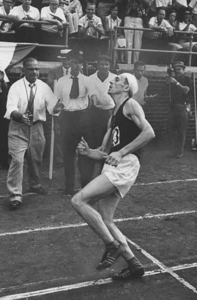 Легкоатлет Хуберт Пярнакиви финиширует в состоянии, близком к клинической смерти. США, 1959