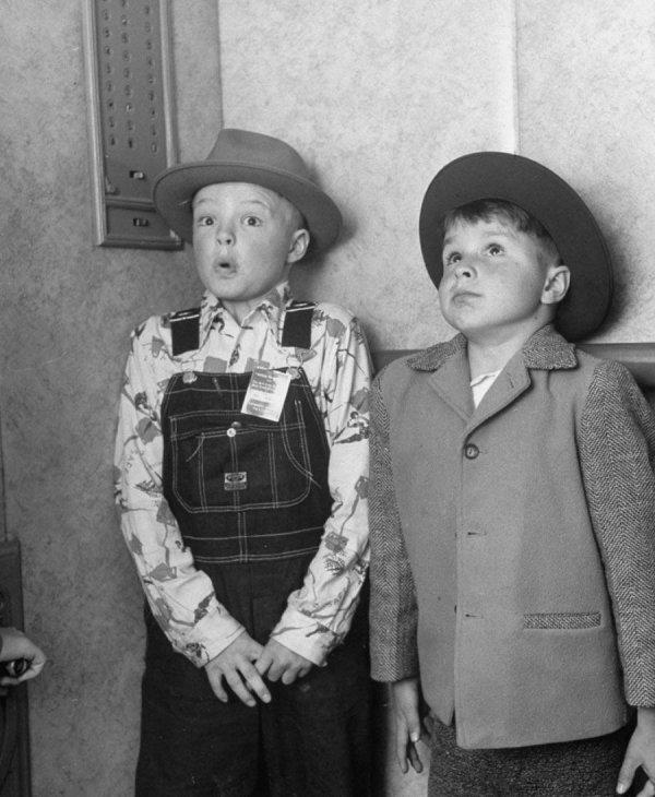Деревенские дети впервые едут на лифте. США, 1948