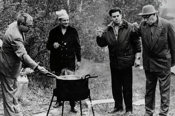 Первый человек на Луне готовит обскую уху в компании с первым гражданским космонавтом, самым старым космонавтом и главой СО АН СССР, 1970