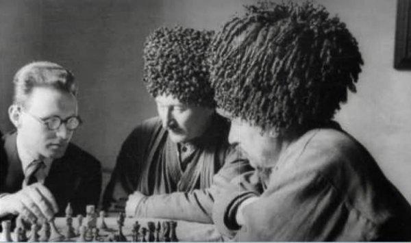 Гроссмейстер Михаил Ботвинник и чемпион Туркмении Ташли Тайлиев (победитель первого Всесоюзного турнира колхозников), 1939 год, СССР