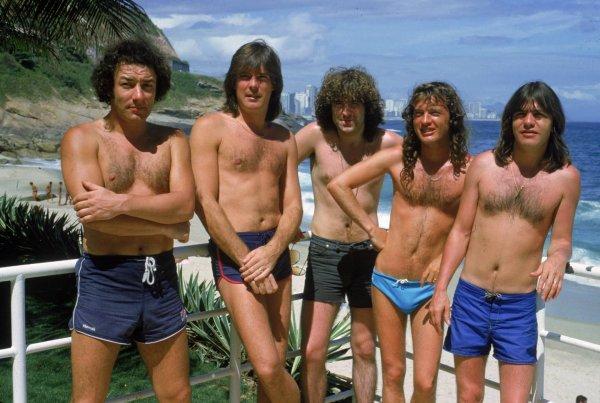 Музыканты группы AC/DC на пляже Ипанема, Рио–де–Жанейро, 1 января 1985 г