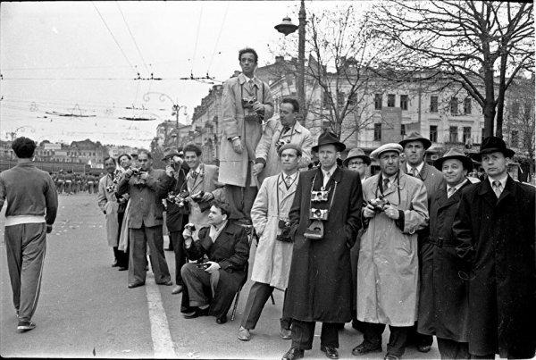 Фотокорреспонденты на первомайской демонстрации, 1960, Киев