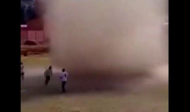 На футболистов из Боливии сильный вихрь налетел прямо во время тренировки - несколько человек получи