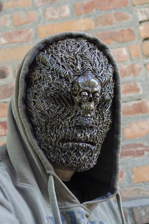 Жуткая и прекрасная маска