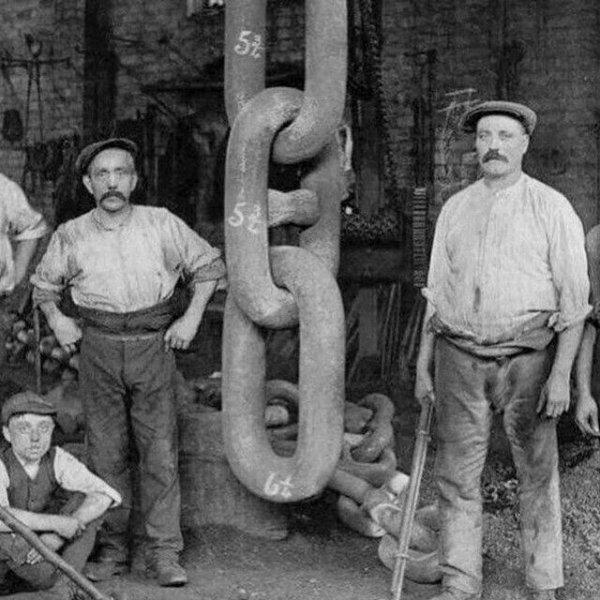 Рабочие рядом с цепью, которая держала якорь Титаника