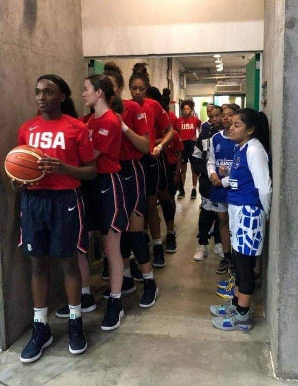 Команда США по баскетболу среди девушек младше 16 лет и такая же команда Сальвадора