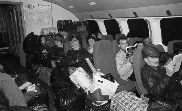 Челноки с покупками возвращаются из Турции домой в Россию. 1995 год.