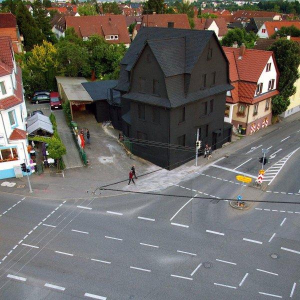 Загадочный чёрный дом в немецком Штутгарте