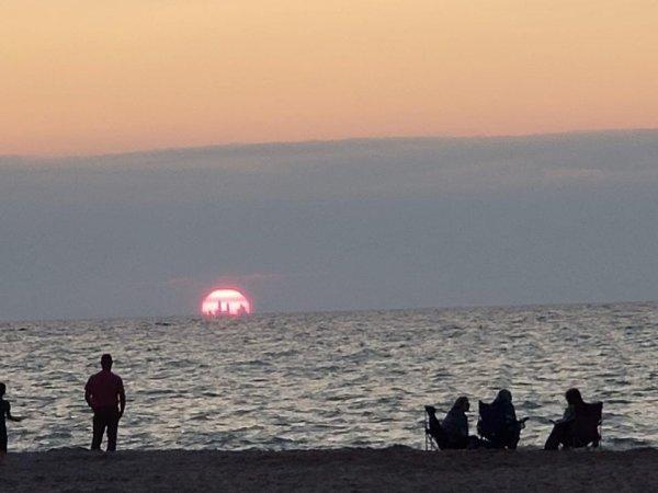 Небоскрёбы Чикаго видны с расстояния в 80 километров на закате в дюнах Индианы