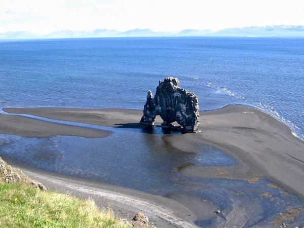 Хвитсеркюр — базальтовая скала на берегу полуострова Ватнснес, Исландия