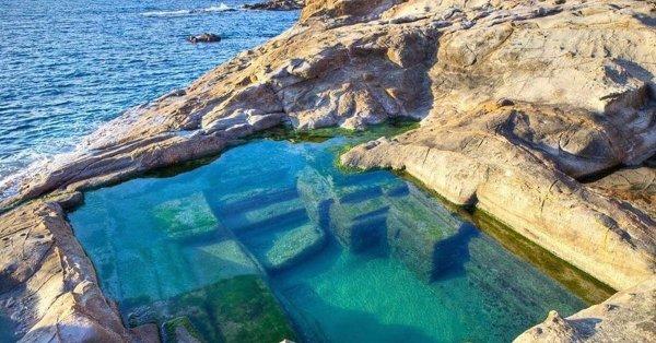 Древнеримский бассейн на берегу моря