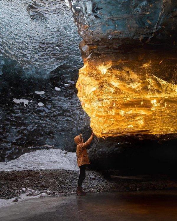 Лучи солнца на закате проникают в пещеру под правильным углом