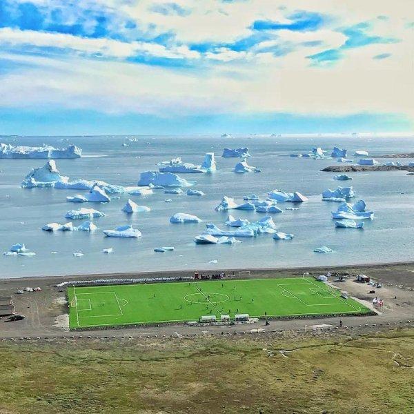 Вероятно, самое живописное футбольное поле в мире, Гренландия