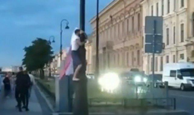 Петербуржец во время парада ВМФ украл флаг России