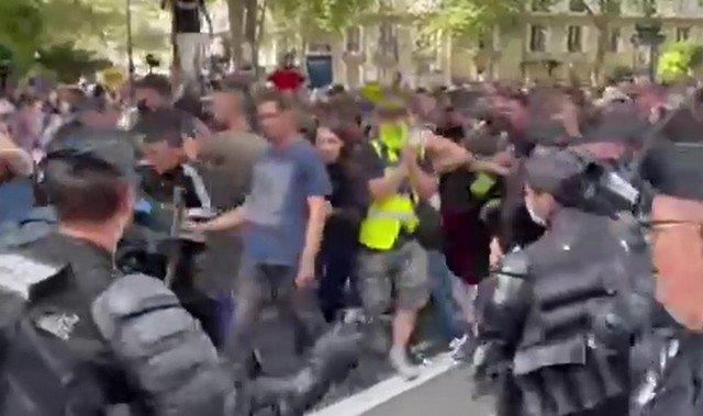 Как действуют полицейские в демократической стране с демонстрантами