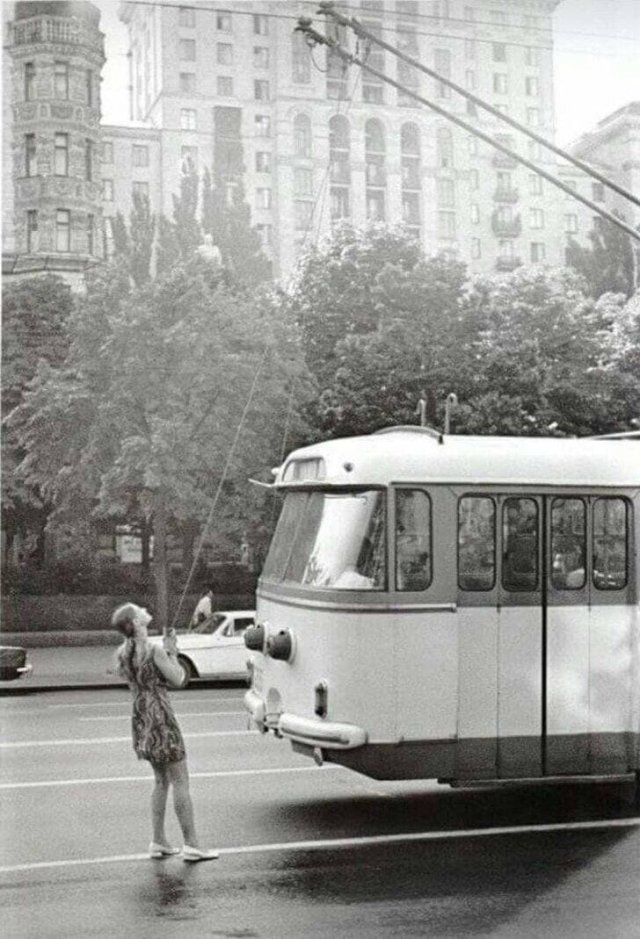 Девушка и троллейбус. СССР. 1975 г.