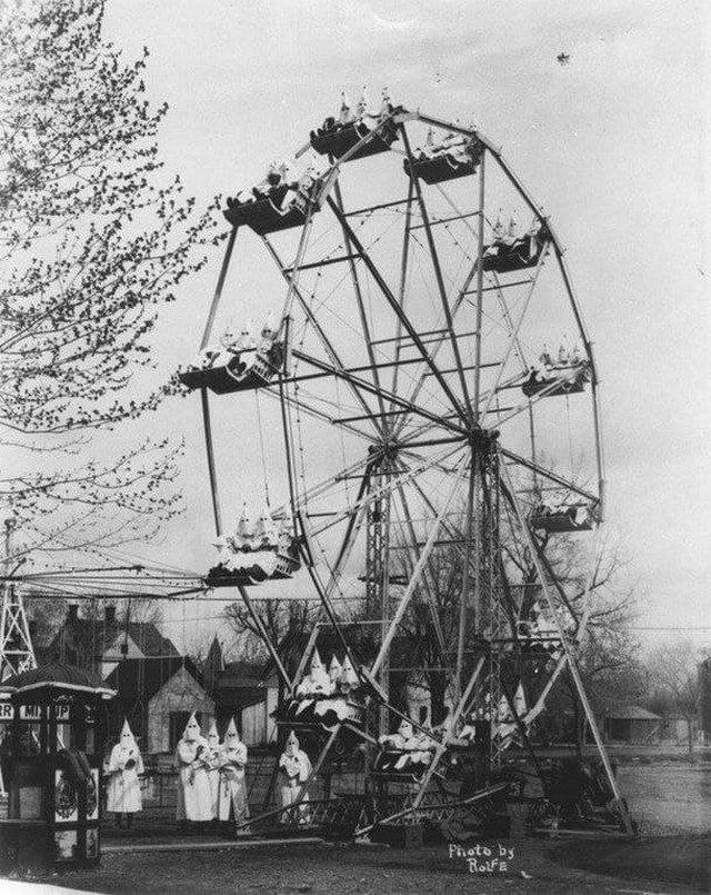 Члены Ку-клукс-клана отдыхают на колесе обозрения в Канон-Сити, штат Колорадо, 1922 год