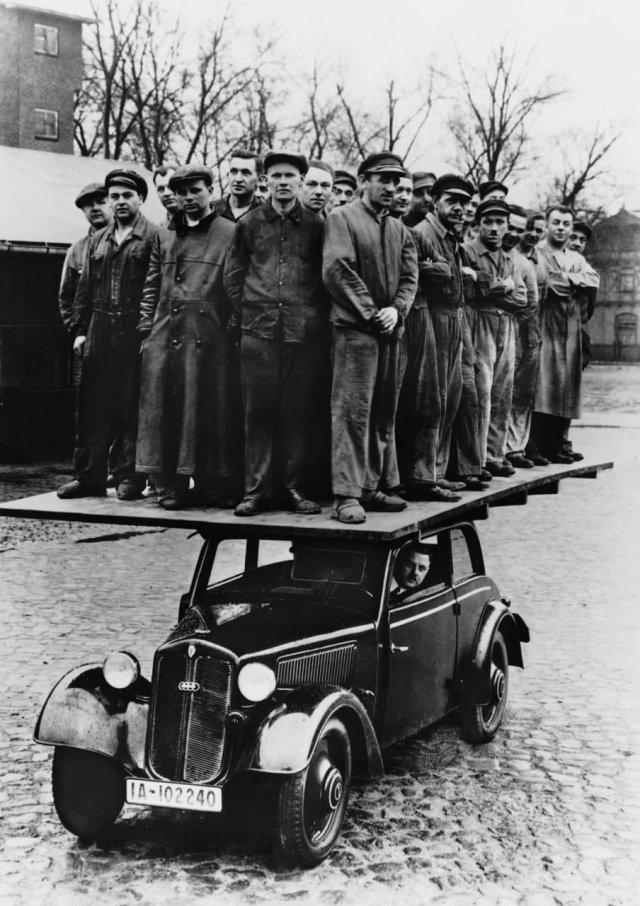Проверка на прочность деревянного кузова DKW F8. На едущем автомобиле стоят не менее 28 человек. Германия, 1939 год.