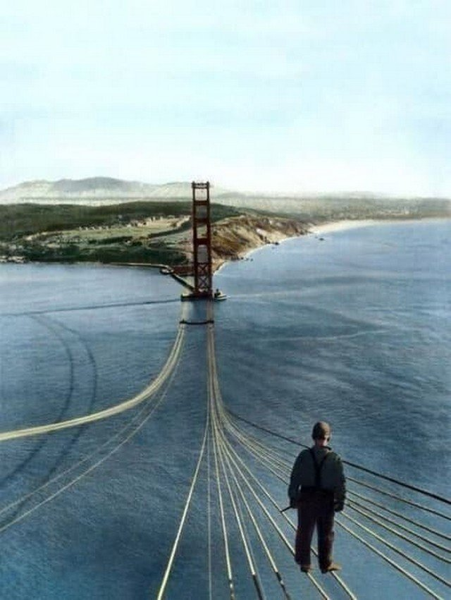 """Рабочий, стоящий на недостроенном мосту """"Золотые Ворота"""", Сан-Франциско, 1935 год."""