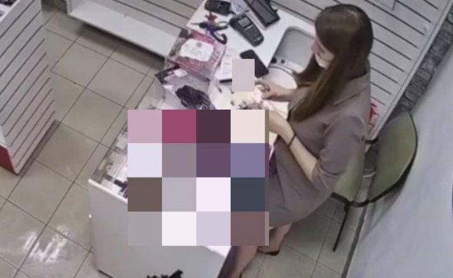 """Продавщица прогнала грабителя с помощью """"необычного оружия"""""""