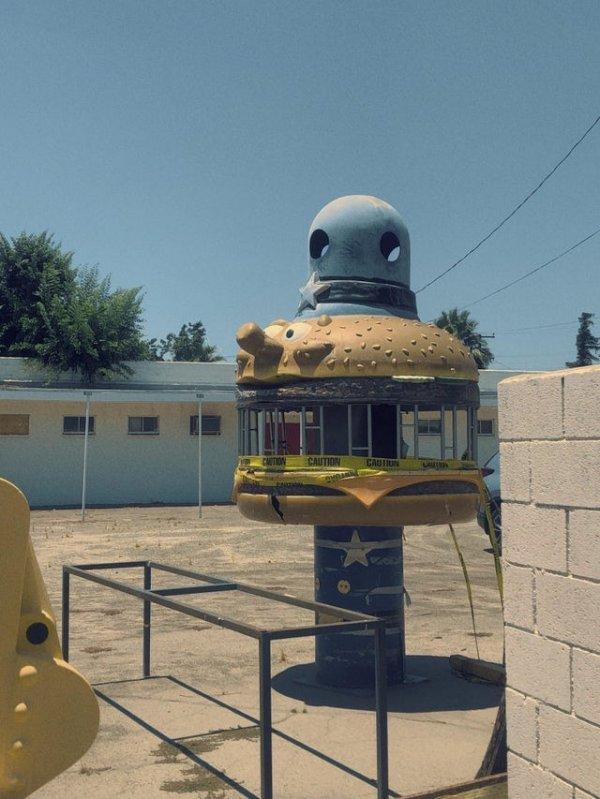 Заброшенная игровая площадка Майора МакЧиза на месте Макдональдса в Калифорнии