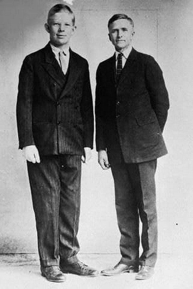 Самый высокий человек в истории Роберт Уодлоу в возрасте 10-ти лет стоит со своим отцом. В то время он уже имел рост 198 см и вес 100 кг. США. 1929 г.