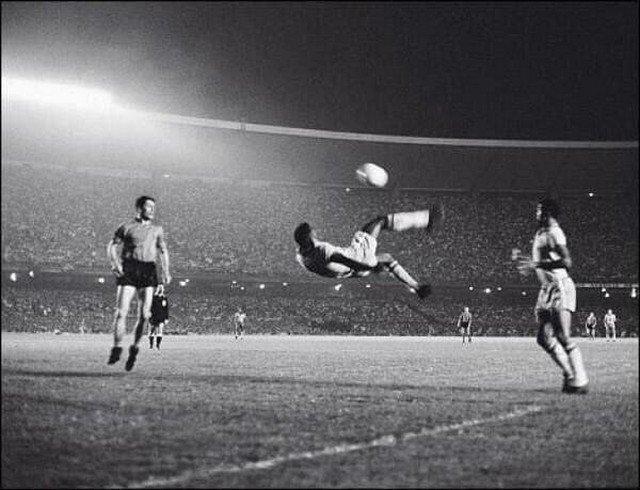 Знаменитый удар Пеле на стадионе «Маракана» в Рио-де-Жанейро, Бразилия, 1965 год.
