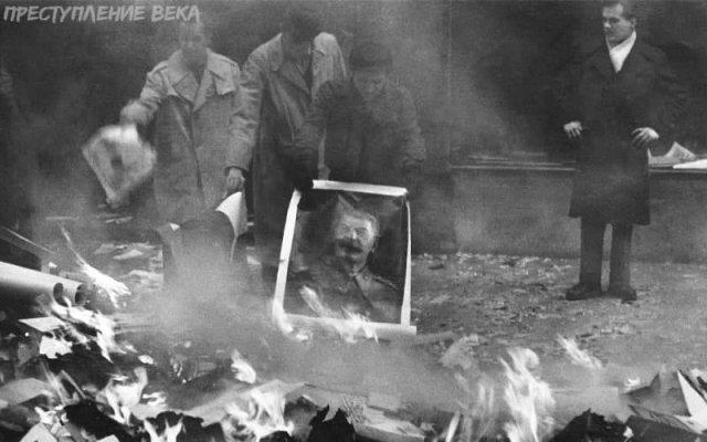 Венгерские повстанцы сжигают портрет Сталина, 1956 год.
