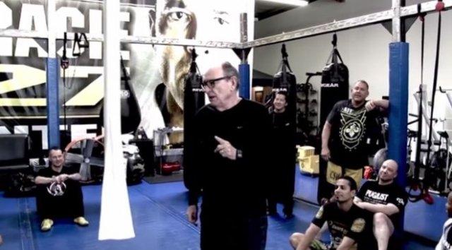 Тренер по джиу-джитсу рассказывает подопечным, как избежать драки