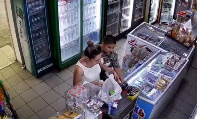 """""""Семейный бизнес"""": цыганка отвлекает продавщицу, пока ее сын ворует товары"""