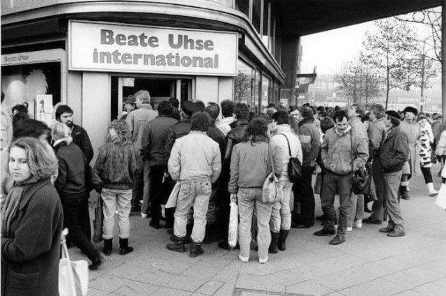 """Очередь у первого секс–шопа """"Беате Узе"""" в ГДР. 1989 год, Берлин"""